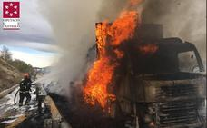 El incendio de un camión que transportaba paja obliga a cortar la A-23 a la altura de Jérica