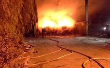 Arden dos depósitos de material de reciclaje en una planta de Guadassuar