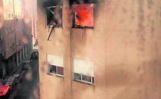 Dos guardias civiles fuera de servicio auxilian a 15 personas en un incendio en Albal