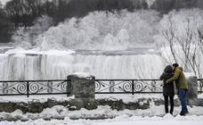 Las cataratas del Niágara se congelan por el frío extremo