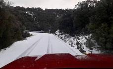 La nieve corta el paso de camiones y autobuses en Morella y el viento tumba un tejado en Paterna