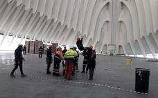 Rescatan a un trabajador accidentado a 60 metros de altura en el Ágora