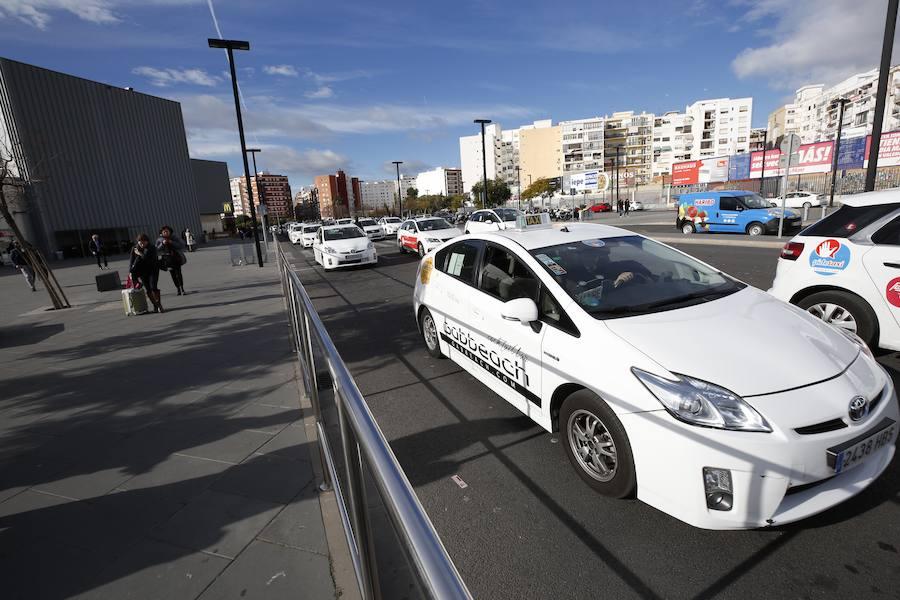 Los taxis esperan en la estacion Joaquin Sorolla
