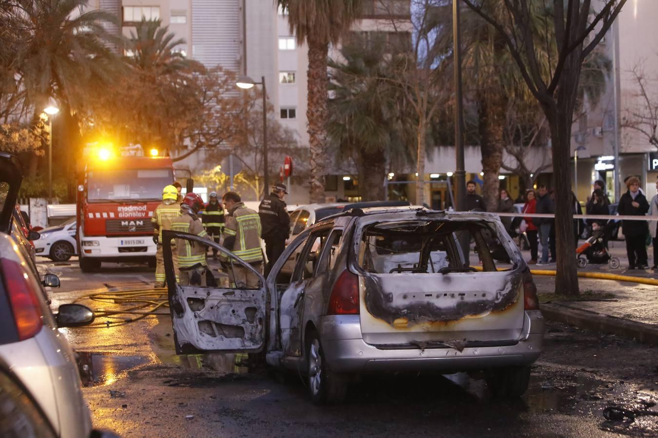 Arden tres coches en el barrio de Campanar de Valencia