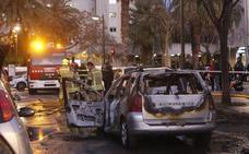 Arden tres vehículos en un incendio en Campanar