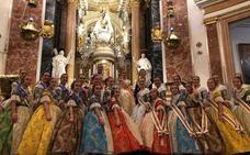 La primera ofrenda de las falleras mayores de Valencia a la Virgen
