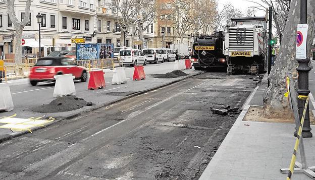 Asfaltado nocturno de calles en seis barrios de Valencia esta semana
