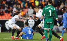 Rodrigo obra el milagro y lleva al Valencia a semifinales de Copa