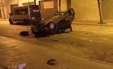 Un coche volcado tras un aparatoso accidente con dos heridos en Albal