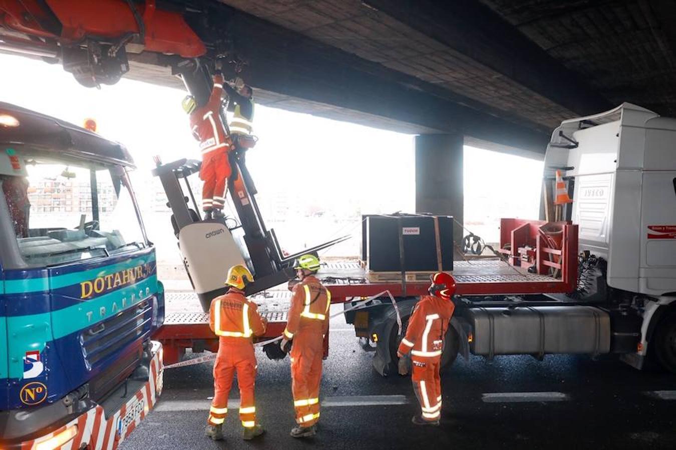 Fotos del camión enganchado bajo el puente de la avenida del Cid con toros mecánicos