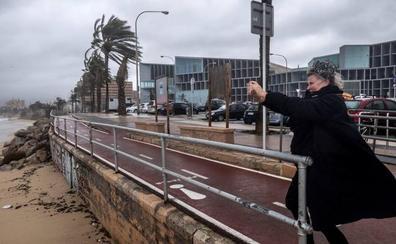 El ferry Valencia-Palma choca con el muelle de Ibiza por el fuerte viento
