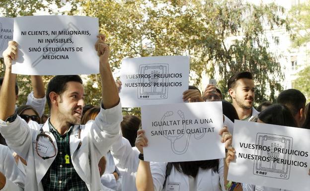 El Constitucional anula la exclusión de las universidades privadas de las prácticas sanitarias