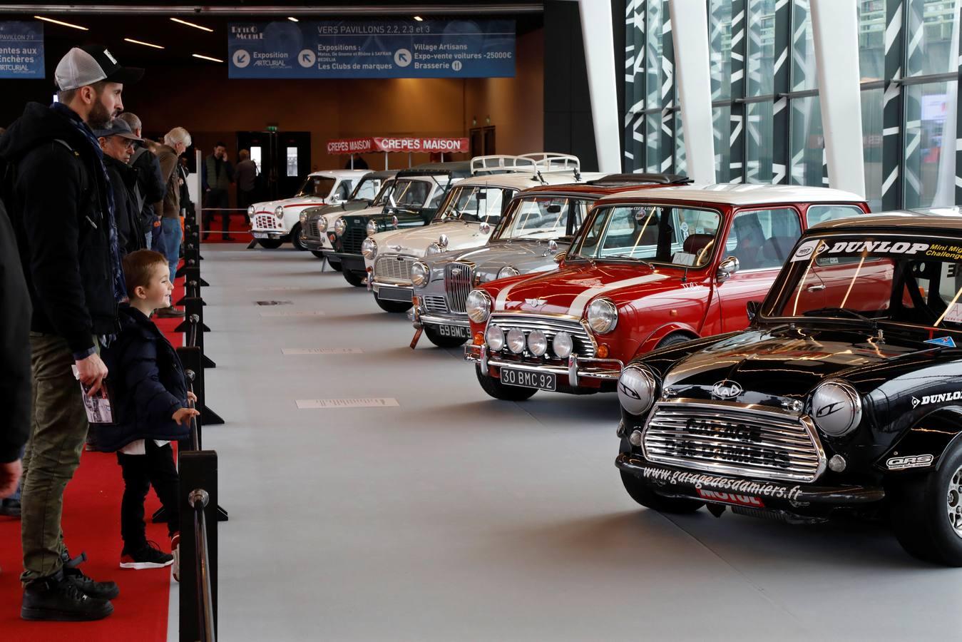 Exposición de coches clásicos en la muestra Retro Mobile de París