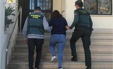 Detienen a una joven en Calp por sustraer más de 50.000 euros en joyas por el método del abrazo
