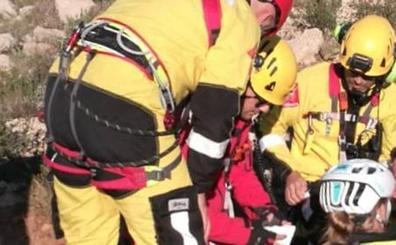 Los bomberos rescatan a una ciclista tras caerse mientras circulaba en una senda del Montgó
