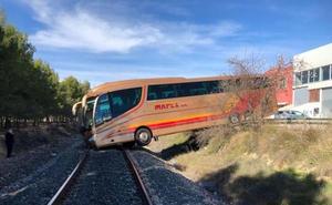 Siete trenes afectados tras la caída de un autobús a la vía en Requena