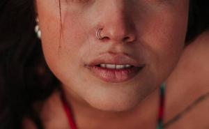 Un piercing en la nariz deja parapléjica a una joven de 20 años