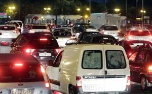 Un accidente en la V-21 y otros 8 atascos dificultan los accesos a Valencia