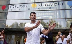 El presunto hijo valenciano de Julio Iglesias se somete a una prueba de ADN con su padrastro