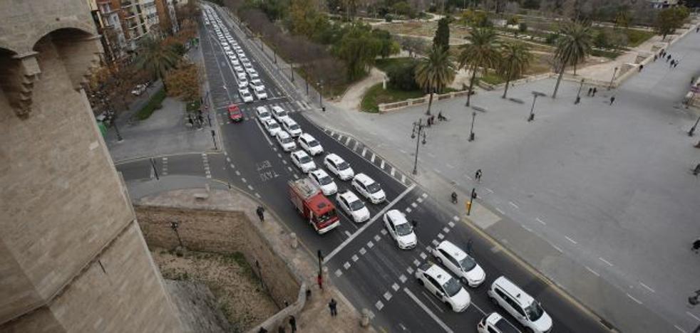 Los taxis presionan al Consell con tres horas de colapso en Valencia