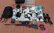 Pillado un joven de 19 años con un arsenal para cometer robos en su coche en la Malvarrosa