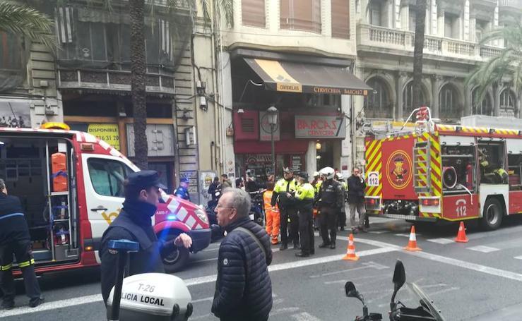 Varios atrapados tras derrumbarse un piso en la calle Barcas de Valencia