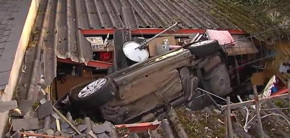 Un coche se empotra contra un tejado y su conductor da positivo en alcohol