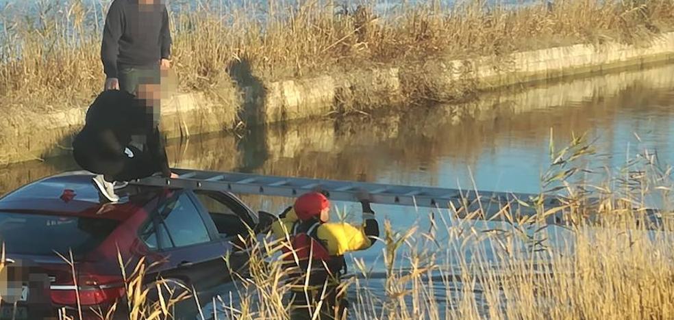 Salvados por el techo de su coche en Sueca
