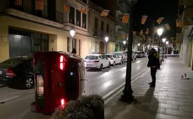 Vuelca en Torrent tras estrellarse con varios coches aparcados y triplica la tasa de alcohol