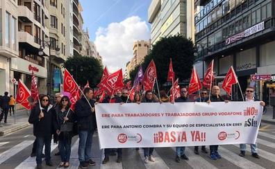 Los trabajadores de Vodafone se concentran en el centro de Valencia como protesta por el ERE