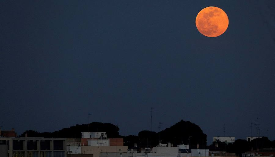 Así se ha visto la superluna 'de nieve', la más espectacular en 7 años