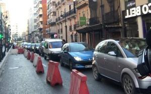 Las obras del carril bici provocan los primeros atascos en las grandes vías