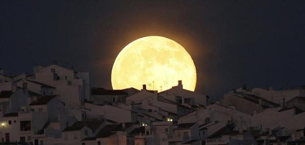 Así se ve Superluna de Nieve, la luna más espectacular en 7 años