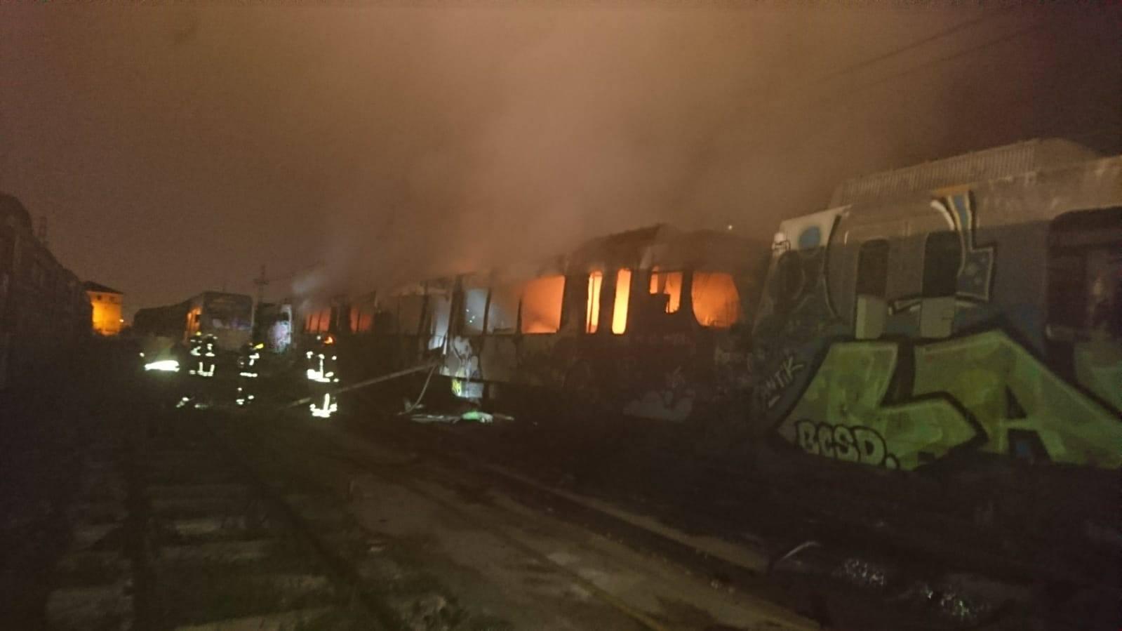 Incendio de un tren del metro en unas instalaciones de FGV en Torrent