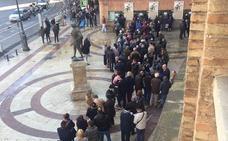 Largas colas en Valencia en el primer día de venta de entradas sueltas para la Feria de Fallas