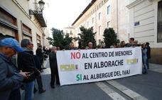 Decenas de vecinos de Alborache abroncan a Puig y Oltra