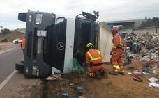 Un camión que transportaba material reciclado vuelca y su conductor queda atrapado en Chiva
