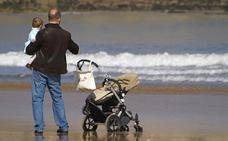 La ampliación del permiso por paternidad no entrará en vigor hasta el jueves al retrasarse su publicación en el BOE