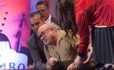 Danny DeVito sufre una aparatosa caída en la presentación de 'Dumbo' en México