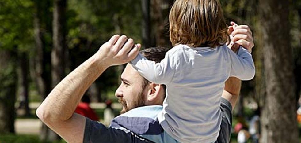 El Gobierno retrasa al 1 de abril la ampliación del permiso de paternidad