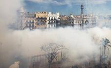 La mascletà de Reyes Martí llena Valencia de humo negro en el Día de la Mujer