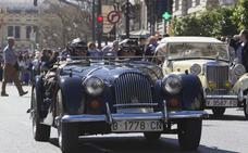 Los coches clásicos se lucen en la fiesta fallera