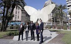 Trasladan la escultura 'La Mariposa' de La Explanada a la plaza Galicia