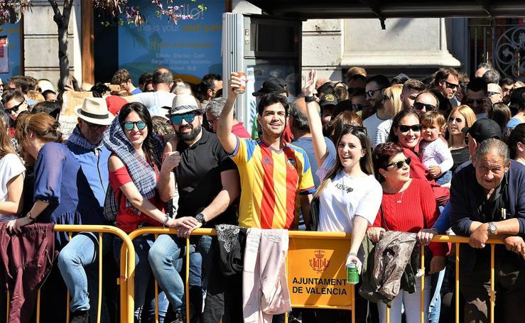 Búscate en la mascletà de Fallas del 9 de marzo de 2019: público en la plaza del Ayuntamiento