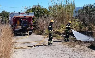 Los bomberos apagan un fuego en un coche en Pedreguer
