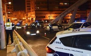 Un coche se da a la fuga para escapar de un control policial nocturno en el puente de Calatrava