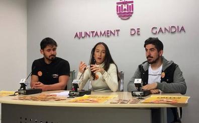 Gandia y Oliva reparten preservativos en 30 fallas para evitar el contagio de infecciones