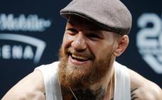 El boxeador McGregor aplasta el móvil de un fan