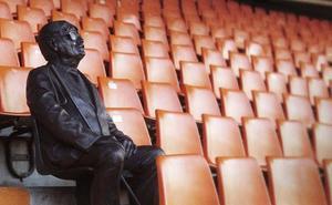 La emotiva historia detrás de la estatua de bronce que se ha colocado en Mestalla