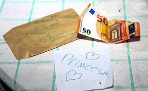 El misterio del reparto de sobres con dinero en las casas de un pueblo español